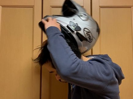 ヘルメットの脱ぎ方5